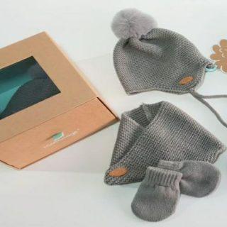 Conjunto de Monnuage para bebé compyesto de gorro, manoplas y cuello en gris