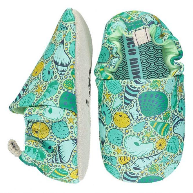 Poco Nido -Zapatos flexibles estampados con caracolas sobre tonos verdes