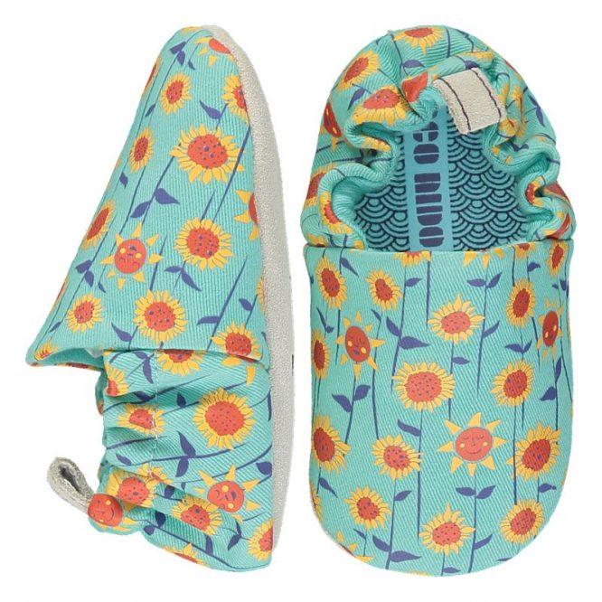 Poco Nido -Zapatos flexibles estampados con girasoles sobre fondo turquesa
